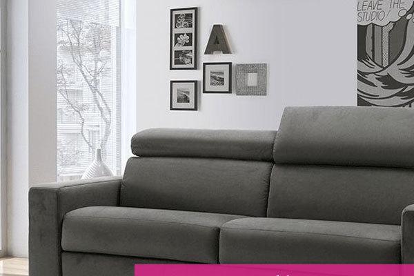 divano grigio in un soggiorno moderno