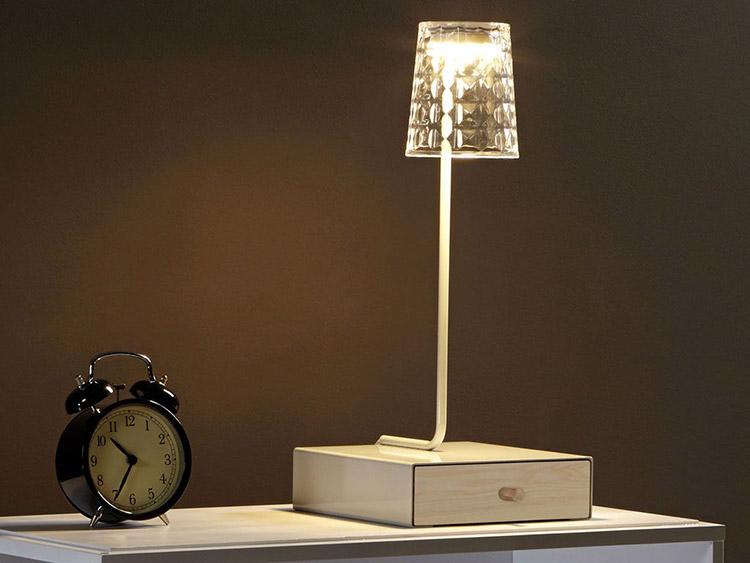 Perch avere un angolo relax in casa - Tavolino per lampada da tavolo ...