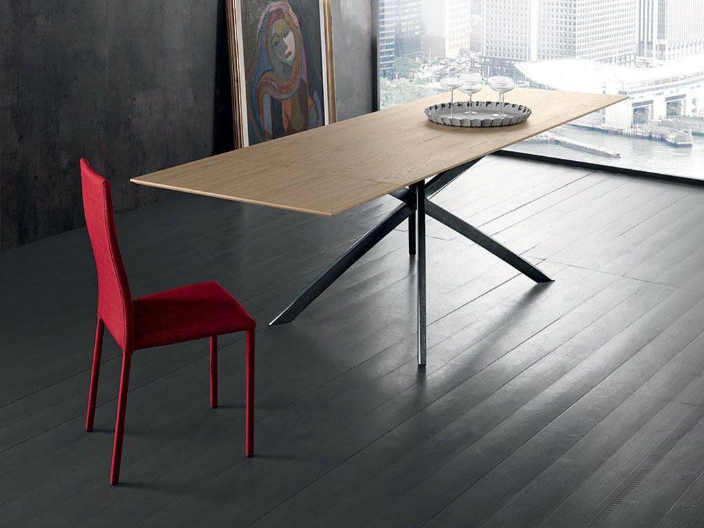 tavolo moderno in metallo e legno