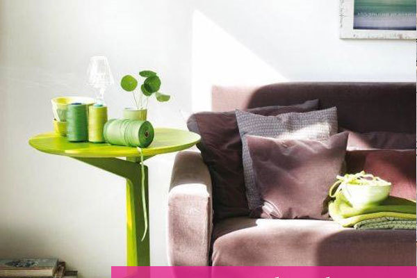 tavolino moderno con divano vintage