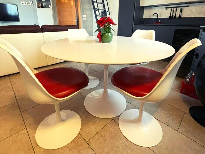 soggiorno di design con tavolo e sedie tulip