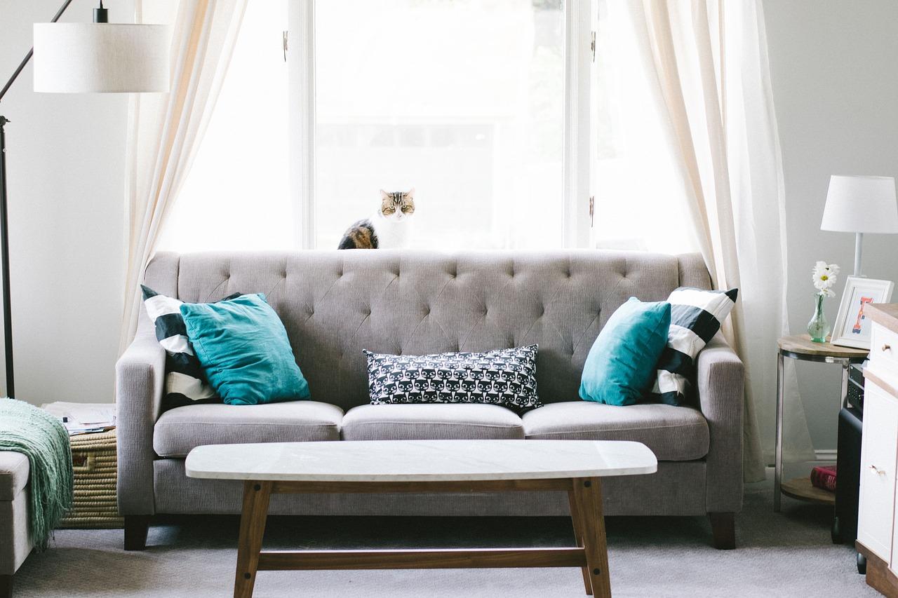 divano grigio cuscini verde petrolio
