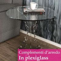 tavolino in plexiglass accanto a un divano