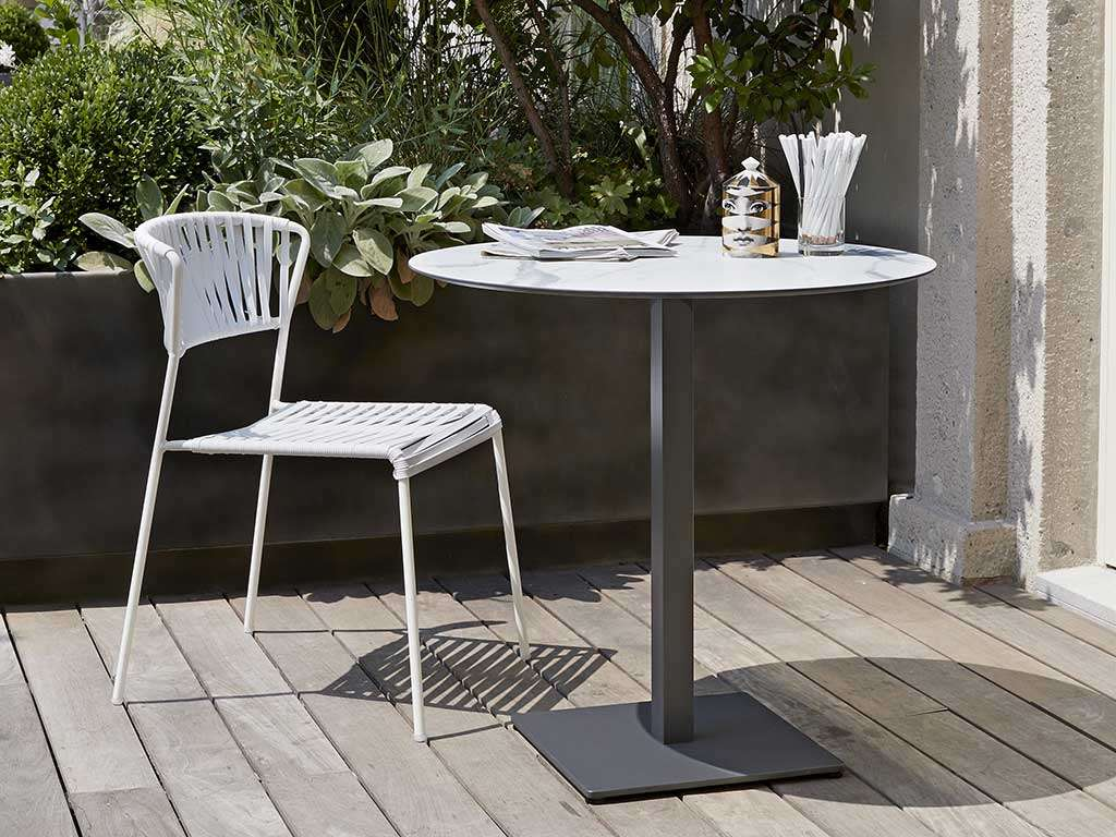 sedia da giardino in metallo bianca