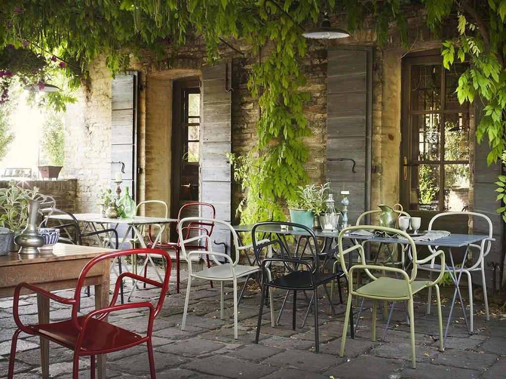 sedie di metallo da giardino colorate