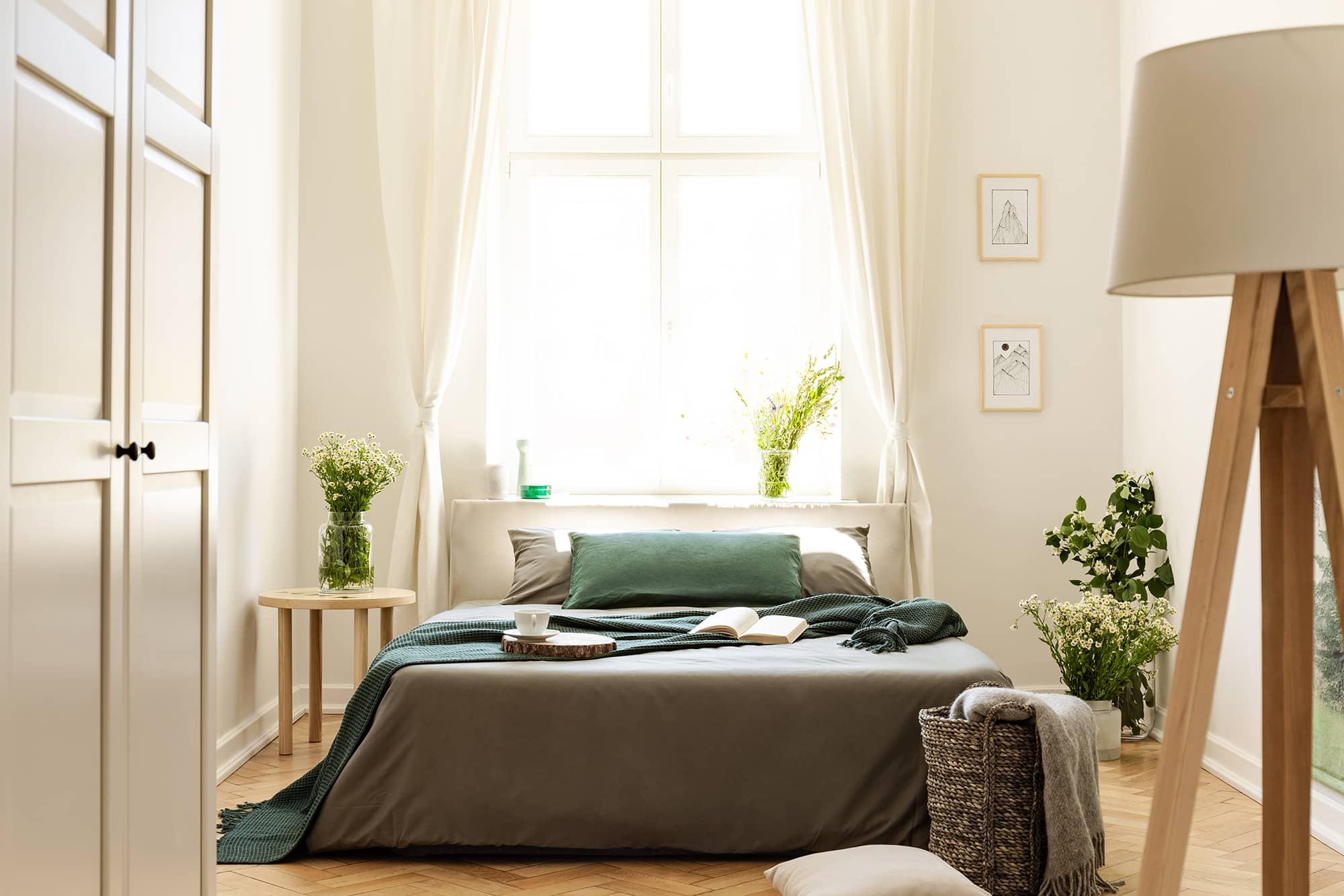 camera da letto matrimoniale verde con oggetti verde salvia